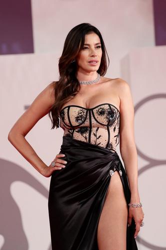 Фото №34 - Самые откровенные платья Венецианского кинофестиваля: соблазнительная фотоподборка