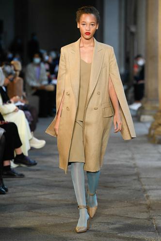 Фото №45 - Идеально скроенные пальто, самые стильные тренчи и брючные костюмы на показе Max Mara