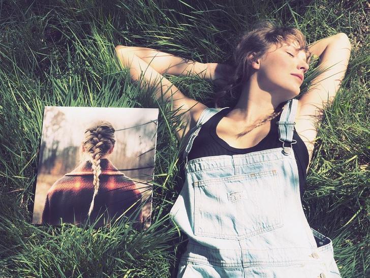 Фото №2 - Тейлор Свифт представила новые обложки альбома «Evermore»