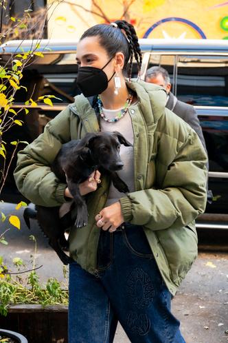 Фото №3 - Дуа Липа носит кроп-топы круглый год, но в декабре сочетает их с пуховиком