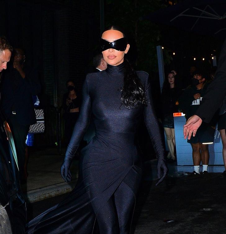 Фото №3 - Подруга Бэтмена: Ким Кардашьян сменила одно платье-чехол Balenciaga на другое, но хотя бы позволила взглянуть на свое лицо