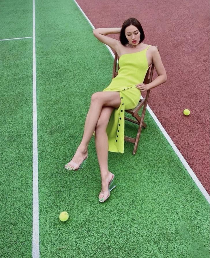 Фото №1 - Тиффани Хсу показывает самое красивое платье на одно плечо и «невидимые» босоножки