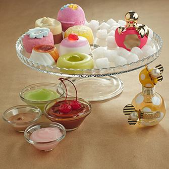 На блюде: LUSH Пена для ванны Perfection; BLUMAU Массажная плитка Chocolate; LUSH Ванильная бомба для ванны Pink; FRESH LINE Четыре куска мыла «Гурмэ»; NINA RICCI Туалетная вода La Tentation de Nina. В креманках: GARNIER Сорбет для тела «После загара»; MAX FACTOR Тональный мусс Whipped Cream; LANCASTER Автозагар-желе Trip to Copacabana; THE BODY SHOP Сорбет для лица Vitamin E. А также MARC JACOBS Аромат Honey