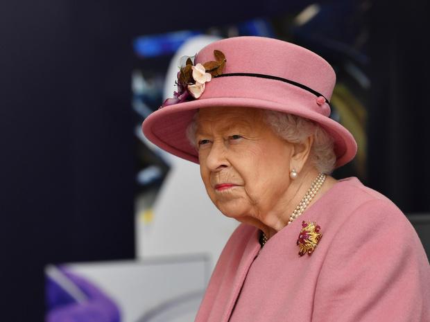 Фото №1 - Всевидящее око: зачем Королеве секретные аккаунты в соцсетях