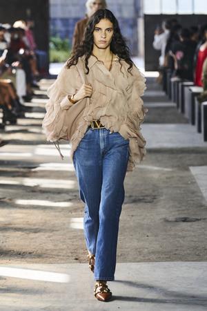Фото №12 - Какие джинсы будут в моде весной и летом 2021