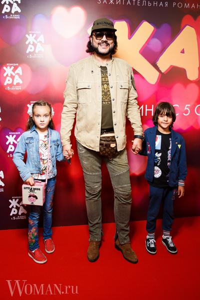 <p>Филипп Киркоров с детьми</p>