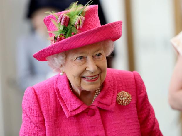 Фото №1 - Забавная причина, почему Королева не пользуется мобильным телефоном