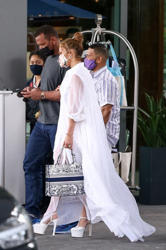 Фото №1 - Репетиция свадьбы? Дженнифер Лопес в образе, достойном невесты