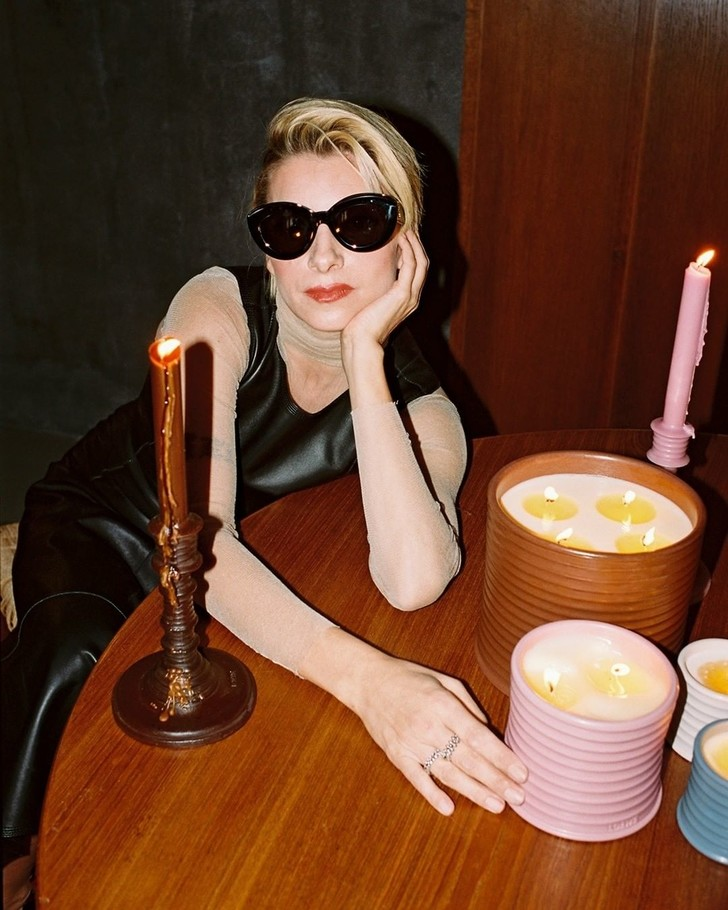 Фото №3 - Свеча горела на столе: актрисы из сериала «Бумажный дом» снялись в рекламной кампании роскошных свечей Loewe Perfumes