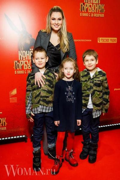Фото №6 - Первый выход дочери Шагина, подросшие сыновья Кожевниковой: звездные дети и родители посмотрели киносказку «Конек-Горбунок»