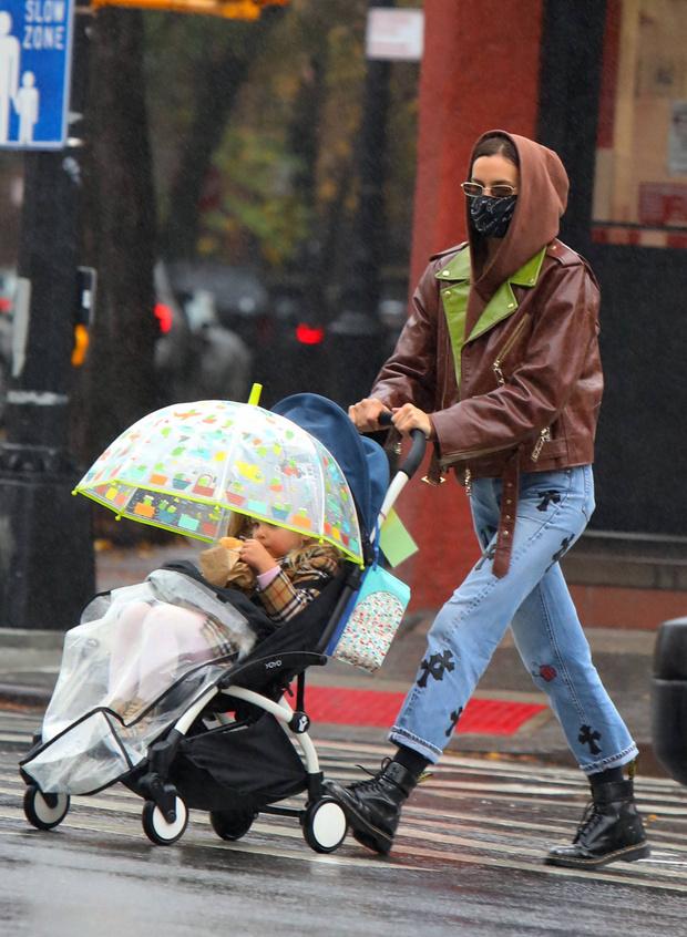 Фото №2 - Ирина Шейк вышла погулять с дочкой в джинсах за 500 000 рублей