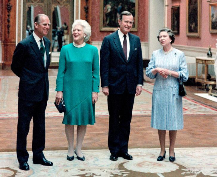 Фото №16 - От модных провалов до побед: как Первые леди одевались на встречи с Королевой
