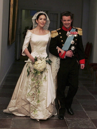 Фото №8 - От Елизаветы до Летиции: секретные детали свадебных платьев принцесс и герцогинь
