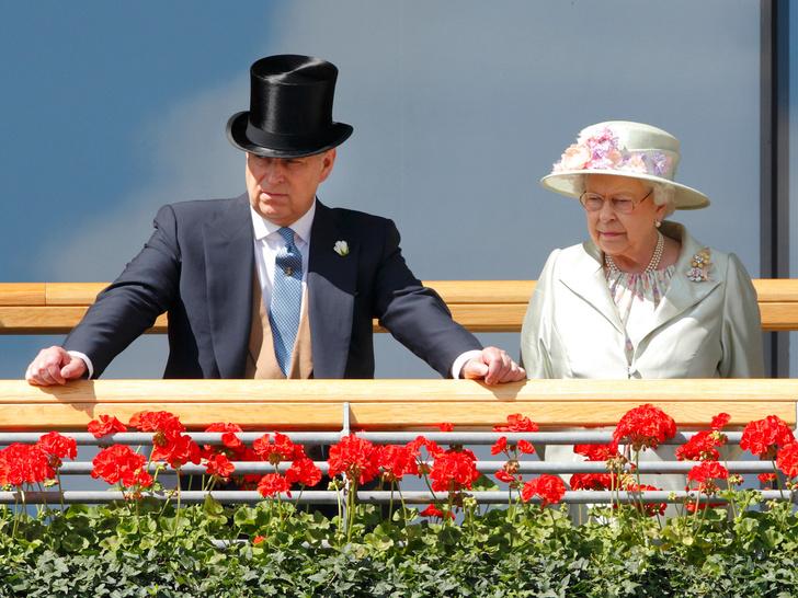 Фото №1 - Не все могут короли: кто способен лишить принца Эндрю его титула на самом деле