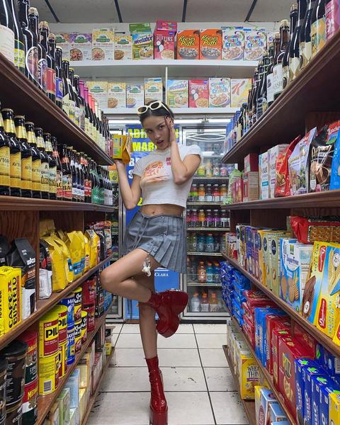 Фото №3 - Джинсы или юбка? Сравниваем два модных образа Оливии Родриго 🔥