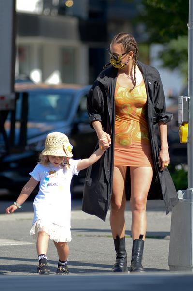 Фото №1 - Ты же мать! Ирина Шейк гуляет с дочкой в платье, которое ничего не прикрывает
