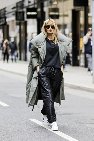 Фото №1 - С чем носить кожаные брюки зимой 2020-2021: учимся у стритстайл-героинь