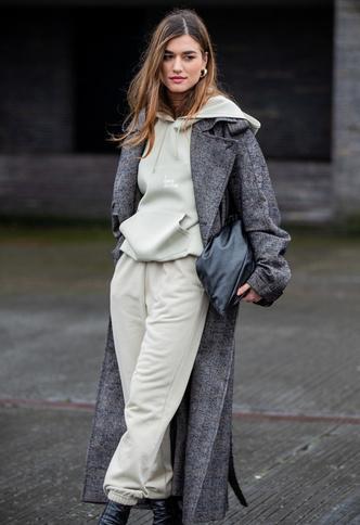 Фото №6 - С чем носить объемное худи: 8 стильных сочетаний с главной вещью года