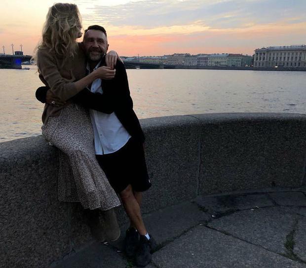 Фото №2 - Сергей Шнуров рассказал, почему скрывает лицо своей жены