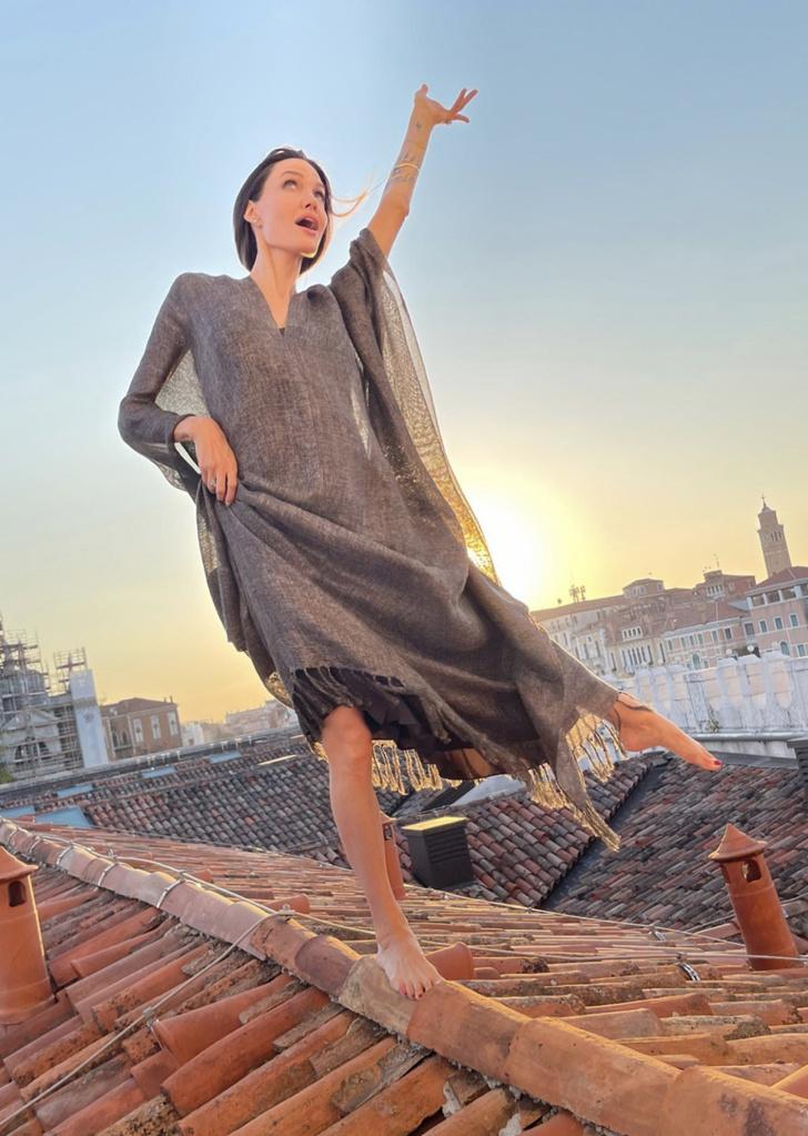 Фото №2 - Кошка, которая гуляет сама по себе: что делает Анджелина Джоли босиком на закате на крыше в Венеции?