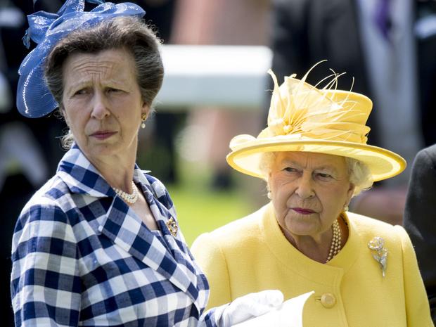 Фото №3 - Кому из членов королевской семьи понравился сериал «Корона» (и кто из них вообще его смотрел)