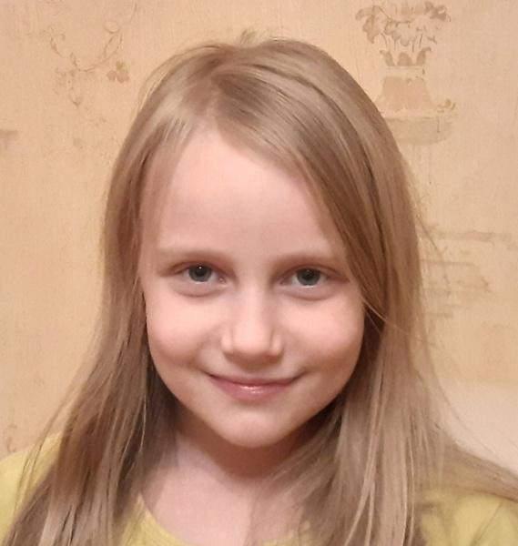 Фото №1 - Сдала ЕГЭ в 8 лет: папа Алисы Тепляковой раскрыл секрет успеха дочери на экзаменах