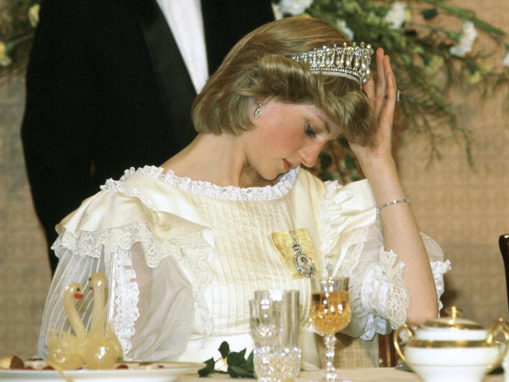 Фото №1 - Неожиданная причина, почему королевские особы не любят носить тиары