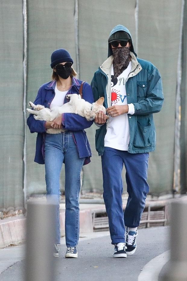 Фото №2 - Девять оттенков синего: супермодель Кайя Гербер и Джейкоб Элорди на стильной и романтической прогулке