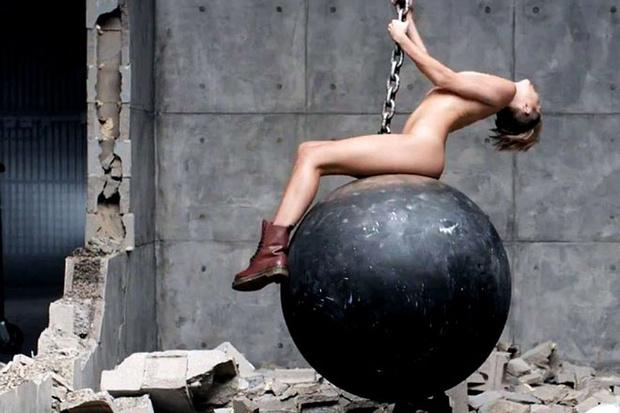 Майли Сайрус Обнажилась В Клипе Wrecking Ball