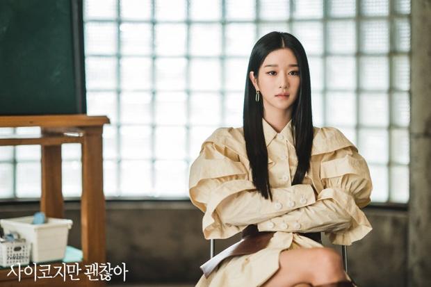 Фото №13 - 12 самых стильных луков героинь из корейских дорам 2020 года