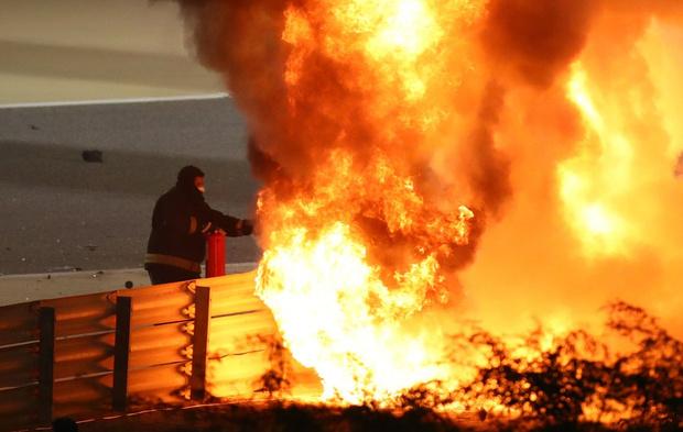 Фото №1 - В огне не горит: французский гонщик F1 выжил в страшной аварии