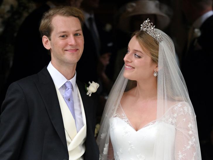 Фото №2 - Две королевские свадьбы сразу: крестница Чарльза и племянница Елизаветы вышли замуж в один день (и их платья точно войдут в историю)