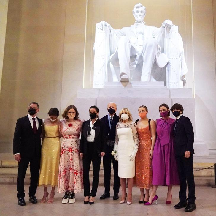 Фото №1 - Платье Золушки и кроссовки Nike: в чем взрослые внучки нового президента США пришли на «бал»