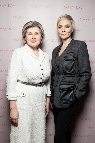 Фото №2 - Олеся Судзиловская и Эвелина Бледанс с сыном посетили ужин друзей
