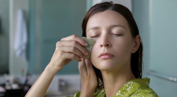 Массаж гуаша для лица: 3 правила омоложения кожи