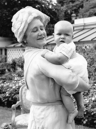 Фото №3 - Самые трогательные фотографии королевских бабушек и дедушек с внуками