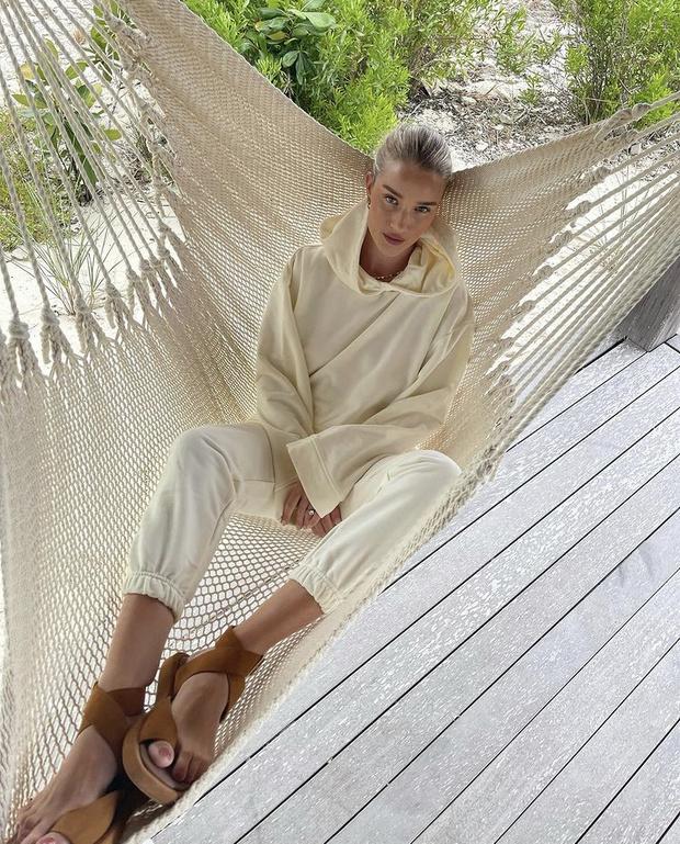 Фото №2 - Роузи Хантингтон-Уайтли в костюме российского бренда: где купить такой?