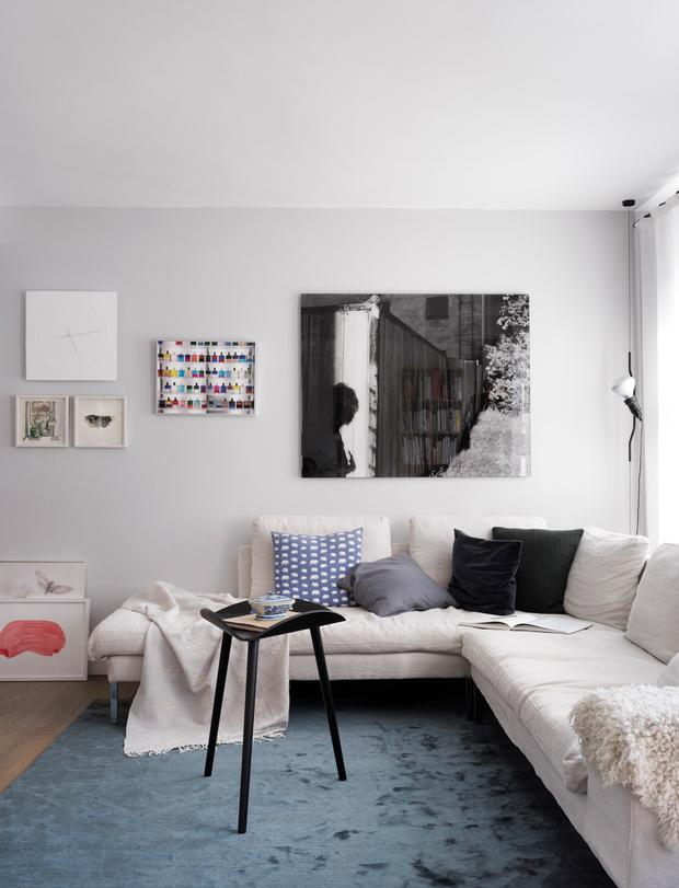 Гостиная. Диван, дизайн Нильс Гаммельгаард (Niels Gammelgaard), Sits. Ковер, Knothouse. Журнальный столик, Make Nordic.