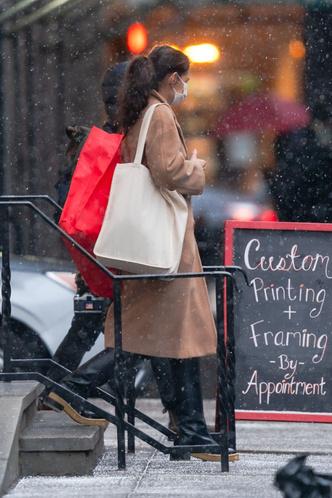 Фото №2 - Что носит Кэти Холмс в сильный снегопад?
