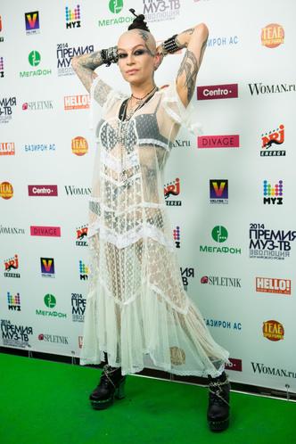 Фото №15 - Незабываемые образы звезд на «Премии МУЗ-ТВ»: модные взлеты и падения