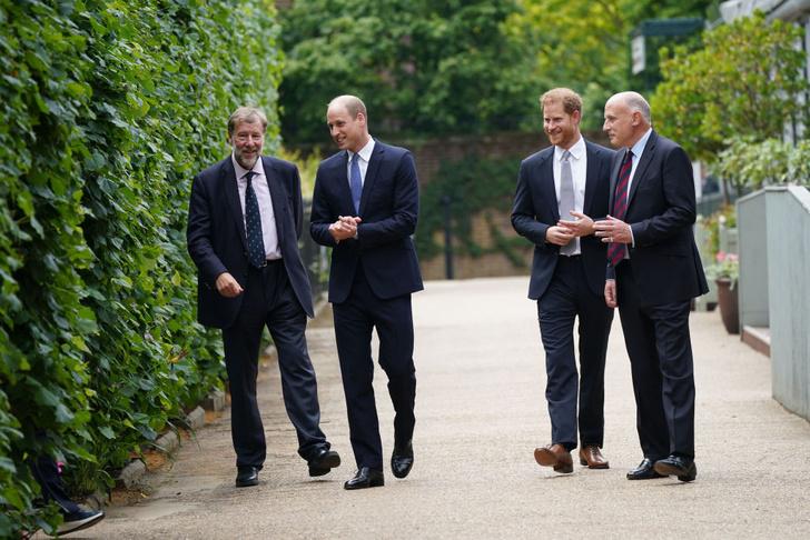 Фото №8 - Мама была бы рада: принцы Уильям и Гарри тепло встретились на открытии памятника принцессе Диане