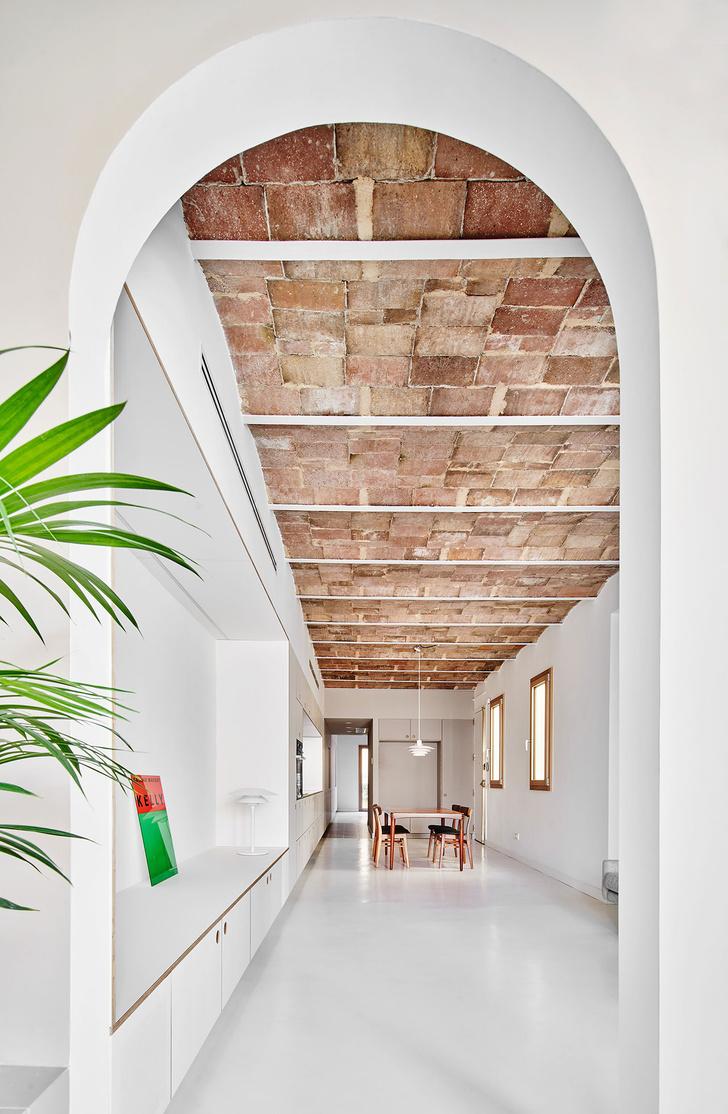 Фото №3 - Белая квартира со сводчатым потолком в Барселоне