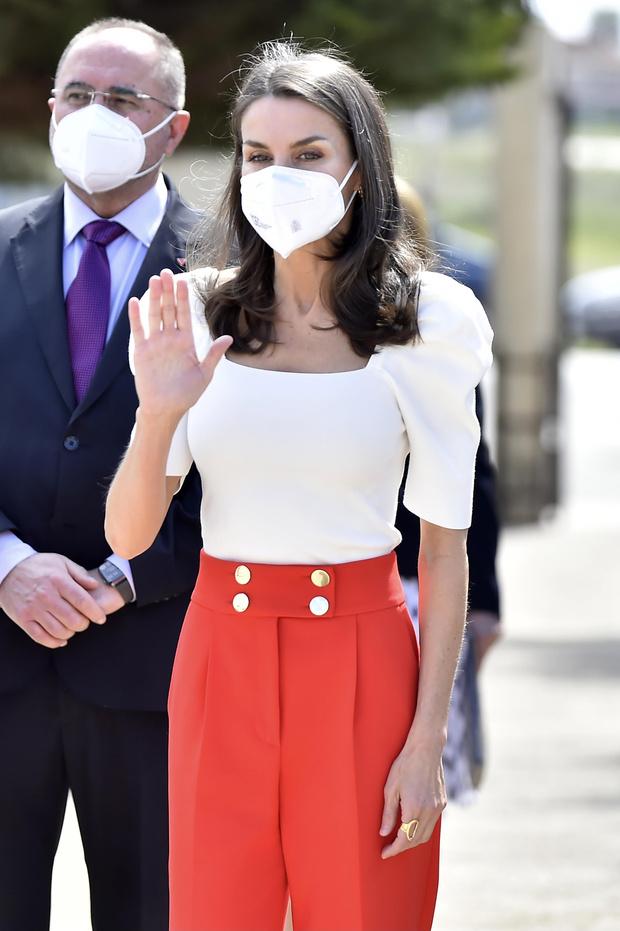 Фото №1 - Топ с рукавами-фонариками и красные брюки: образ королевы Летиции, который запомнится нам надолго