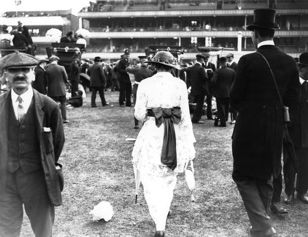 Фото №5 - Ядовитые платья, «хромые» юбки, корсеты-душегубы и другие наряды, из-за которых погибали женщины