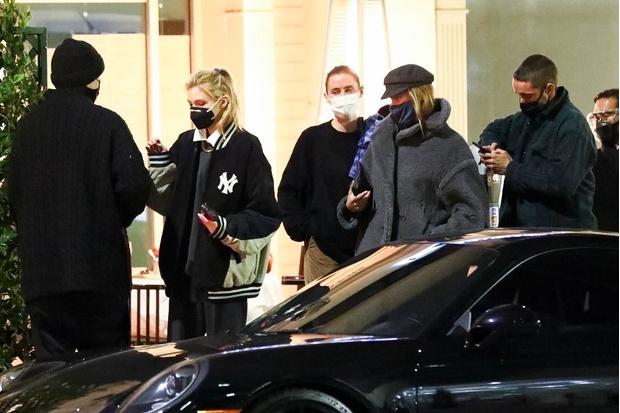 Фото №2 - Стелла Максвелл показывает, как носить классическую рубашку и спортивную куртку вместе
