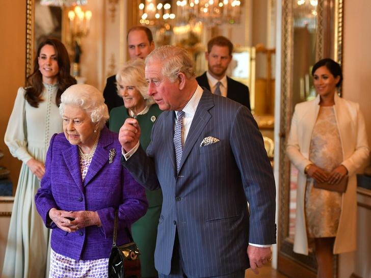 Фото №2 - Уроки прошлого: почему Королева все еще не лишила Гарри и Меган титулов