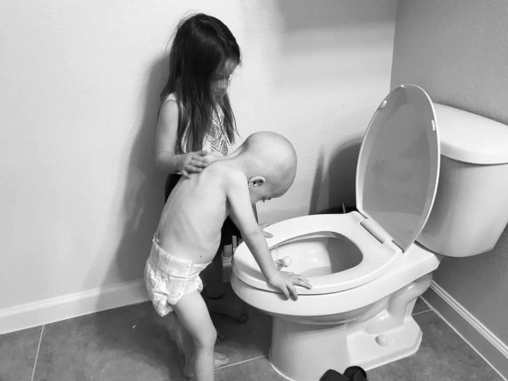 Фото №1 - Как сложилась судьба больного раком мальчика, чье фото потрясло Интернет