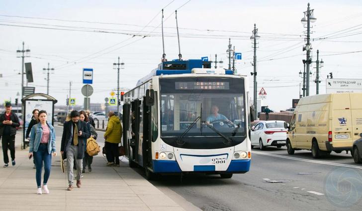 Фото №2 - Как троллейбусы проезжают по разводным мостам, если они разводные