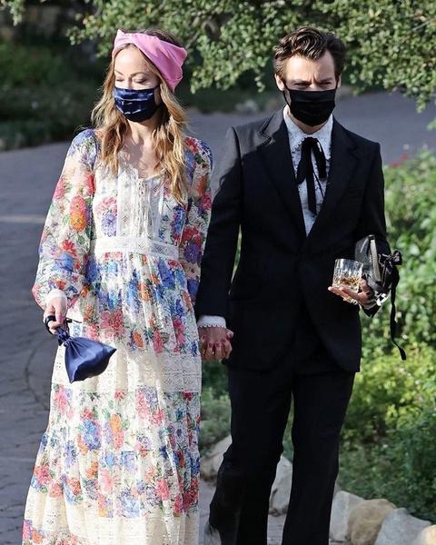 Фото №3 - Фанаты уверены— Оливия Уайлд носит подвеску Гарри Стайлса из клипа «Golden»