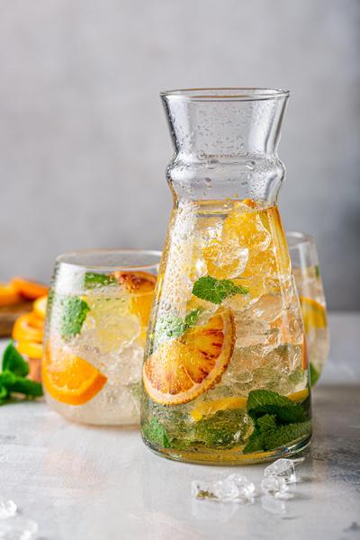 Фото №1 - Прохладный и цитрусовый: готовим полезный лимонад дома